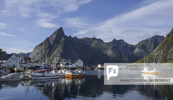 Geschützter Hafen und hohe Berge  Lofoten  Hamnøya  Nordland  Norwegen