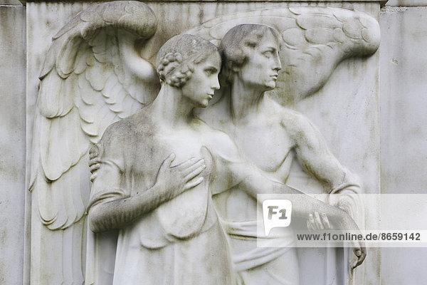 Engel und Frauenfigur auf einem Grabstein  Melatenfriedhof    Nordrhein-Westfalen  Deutschland