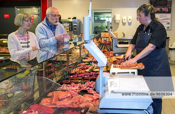 Senior Senioren kaufen Tresen Fleisch Supermarkt