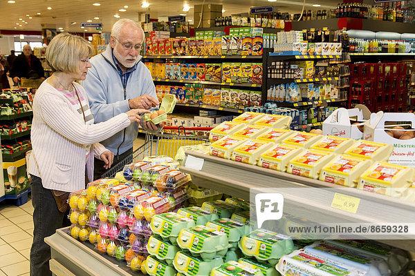 Seniorenpaar beim Einkaufen im Supermarkt  Deutschland