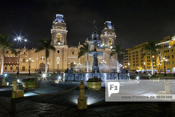 Plaza Mayor  auch Plaza de Armas  und die Kathedrale von Lima bei Nacht  Lima  Peru