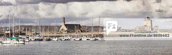 Hafen von Camaret-sur-Mer mit dem Tour Vauban und der Kapelle Notre Dame de Rocamadour  Département Finistère  Bretagne  Frankreich