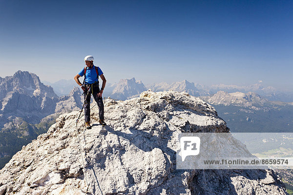 Bergsteiger beim Aufstieg auf den Cristallo di Mezzo über den Klettersteig Via Ferrata Marino Bianchi am Monte Cristallo oberhalb von Cortina d'Ampezzo  hinten der Pelmo  Ampezzaner Dolomiten  Belluno  Italien