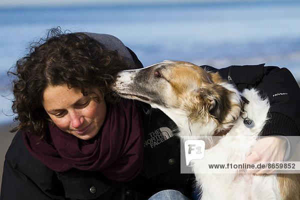 Barsoi schmust mit junger Frau  Toskana  Italien