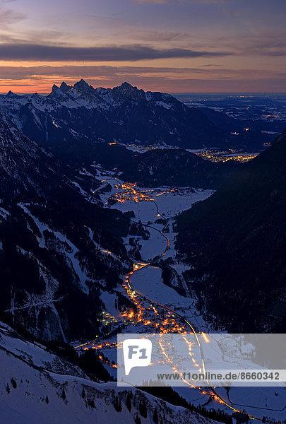 Heiterwanger Tal  Zwischentoren mit Tannheimer Bergen in der Abenddämmerung  Berwang  Außerfern  Tirol  Österreich