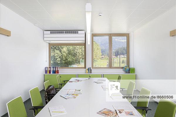 Lehrerkonferenzraum einer Volksschule  Reit im Alpbachtal  Tirol  Österreich