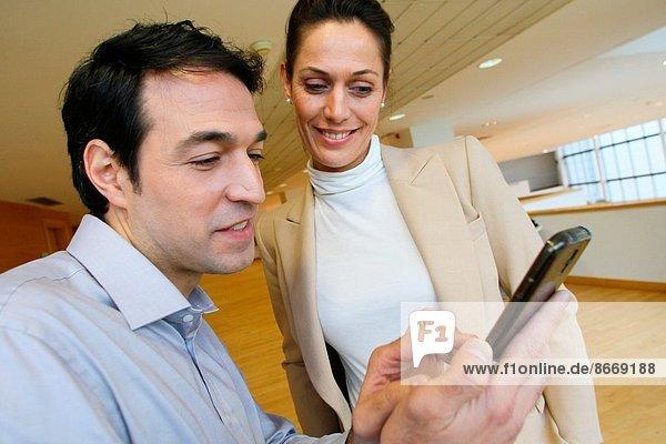 benutzen  Wirtschaftsperson  Smartphone