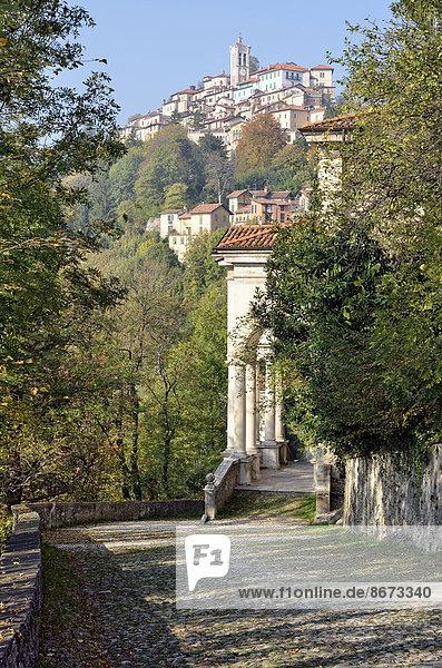 Ausblick von Kapelle XI auf den Wallfahrtsort Santa Maria del Monte  historischer Pilgerweg zum Sacro Monte di Varese  UNESCO Weltkulturerbe  Varese  Lombardei  Italien