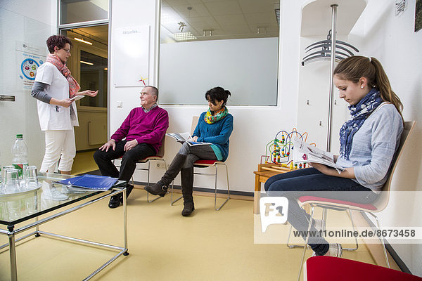 Arztpraxis  Patienten im Wartezimmer  Sprechstundenhilfe  Deutschland
