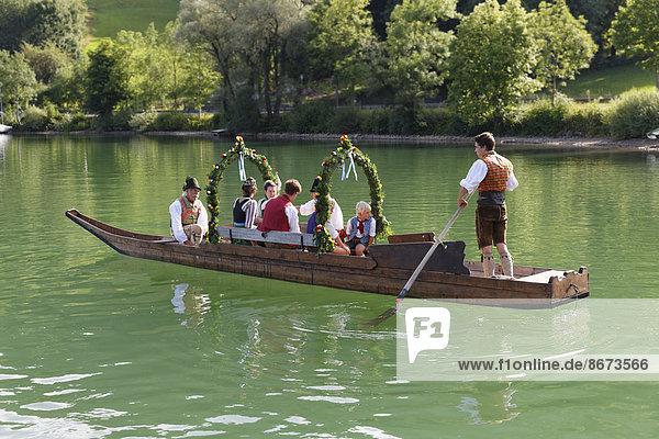Trachtler in einer festlich geschmückten Plätte  Holzboot  Alt-Schlierseer-Kirchtag  Schliersee  Oberbayern  Bayern  Deutschland