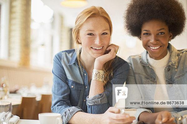 Frauen genießen gemeinsam Kaffee im Cafe