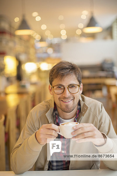 Mann trinkt Kaffee im Café