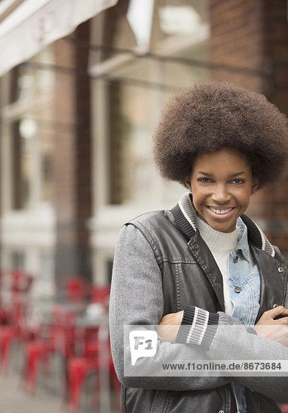 Frau lächelt auf der Stadtstraße