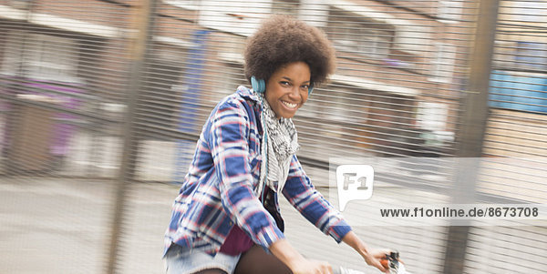 Frau fährt Fahrrad auf der Stadtstraße