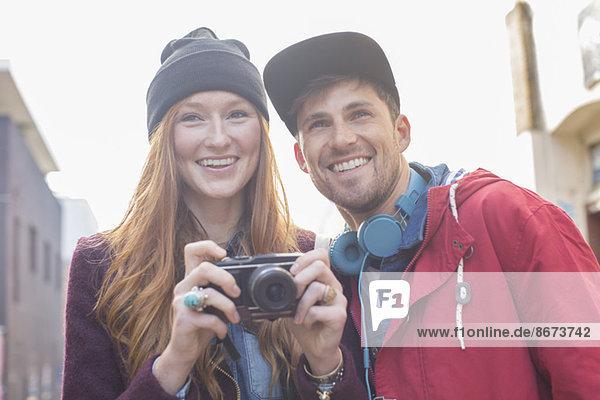Paar Fotografieren mit Kamera in der Stadt
