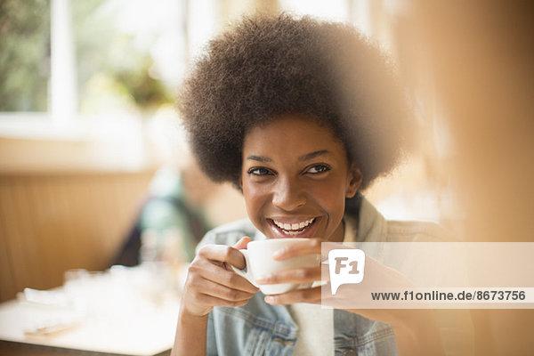 Frau trinkt Kaffee im Café