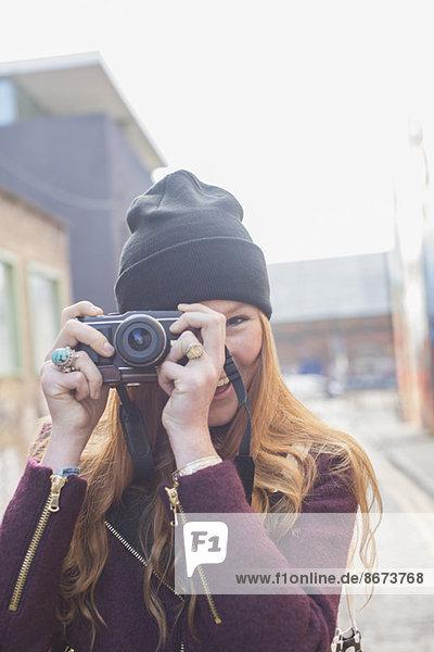 Frau mit Kamera auf der Stadtstraße