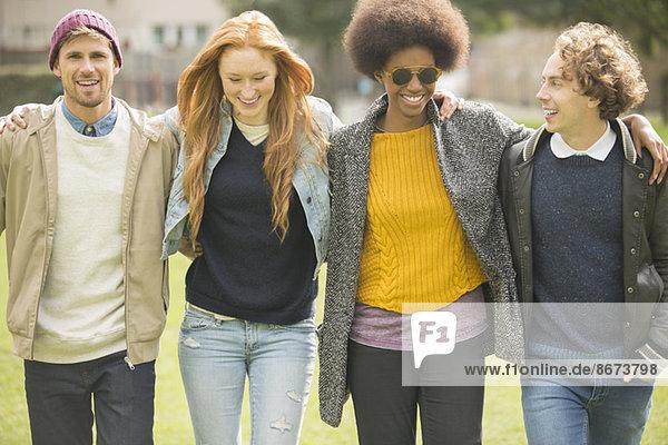 Freunde beim gemeinsamen Spaziergang im Park