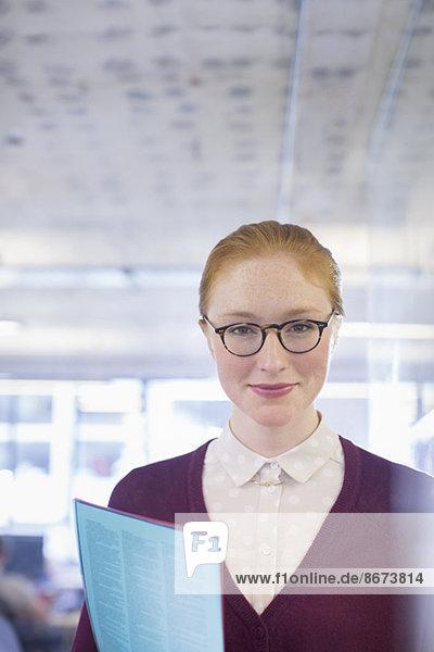 Geschäftsfrau mit Mappe im Amt