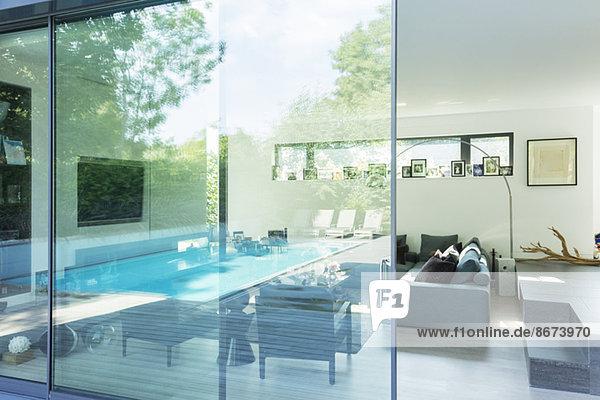 Spiegelung an der Glasscheibe des modernen Hauses
