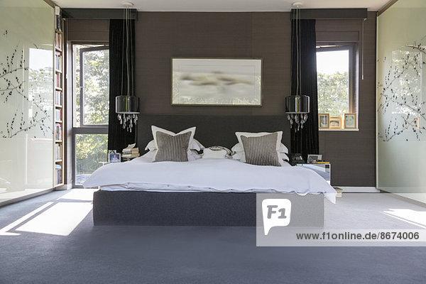 Lampen und Wandkunst im modernen Schlafzimmer