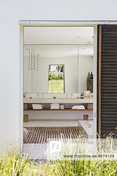 Eingang zum modernen Bad