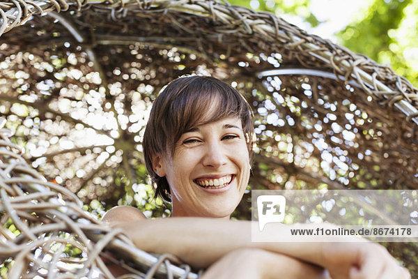 Frau lacht im Baumhaus