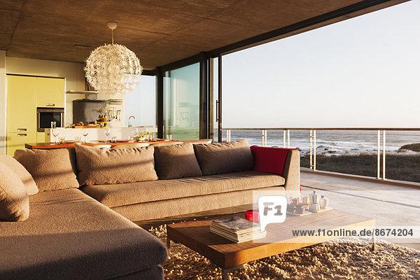 Sofa und Couchtisch im modernen Wohnzimmer mit Meerblick