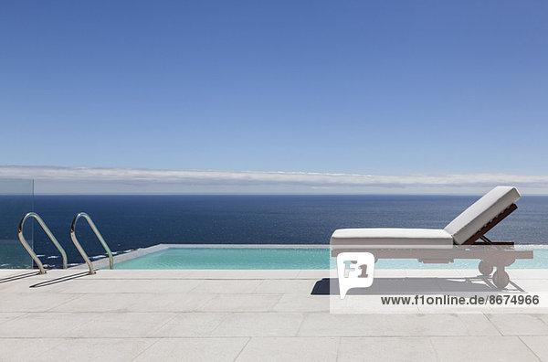 Infinity Pool und Sessel mit Blick auf den Ozean