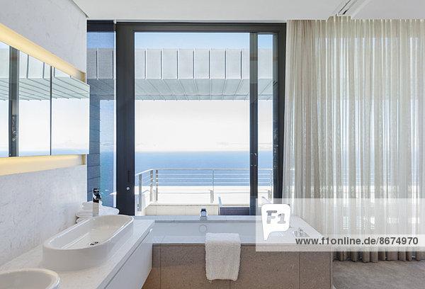 Modernes Badezimmer mit Blick auf den Ozean