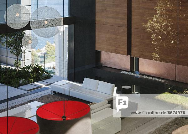 Modernes Wohnzimmer im offenen Grundriss