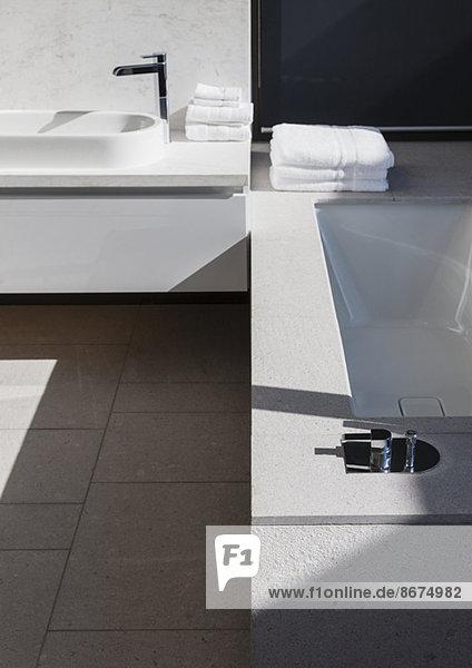 Waschbecken und Badewanne im modernen Bad