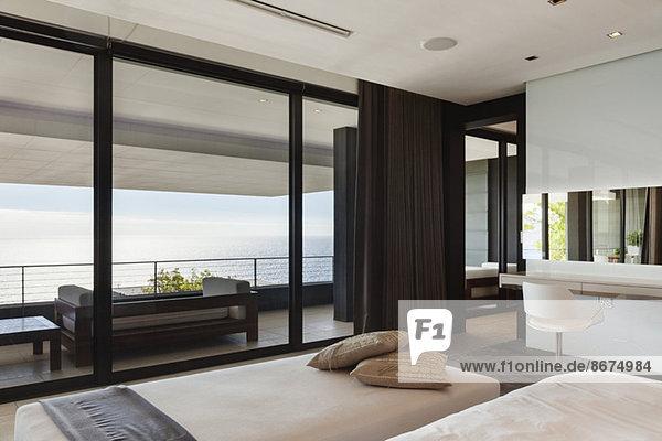 Modernes Schlafzimmer und Balkon mit Meerblick