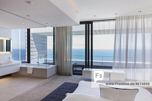 Modernes Schlafzimmer mit Meerblick