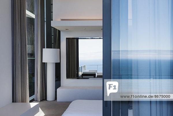 Glastür und Fenster des modernen Hauses mit Blick auf den Ozean