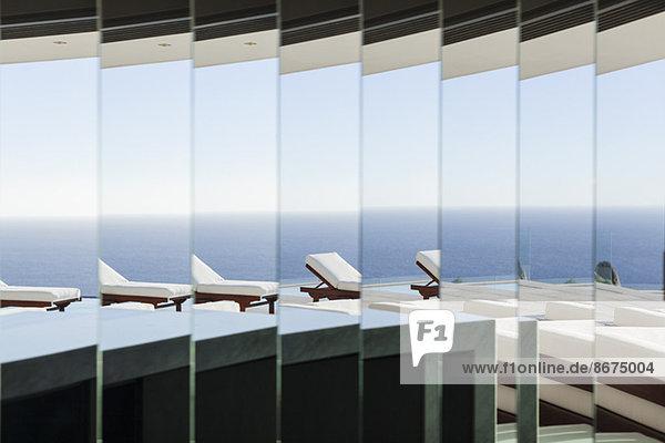 Sessel und Balkon reflektiert im Spiegel