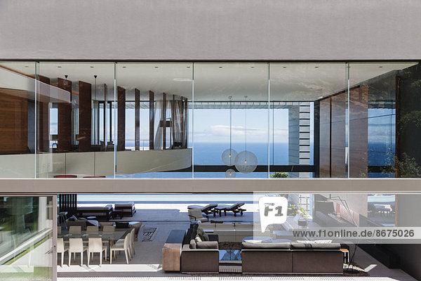Glaswände eines modernen Hauses mit Blick auf den Ozean