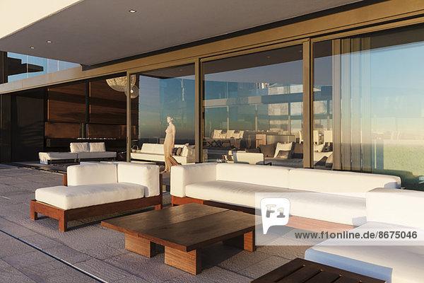 Sofas und Tisch auf modernem Balkon