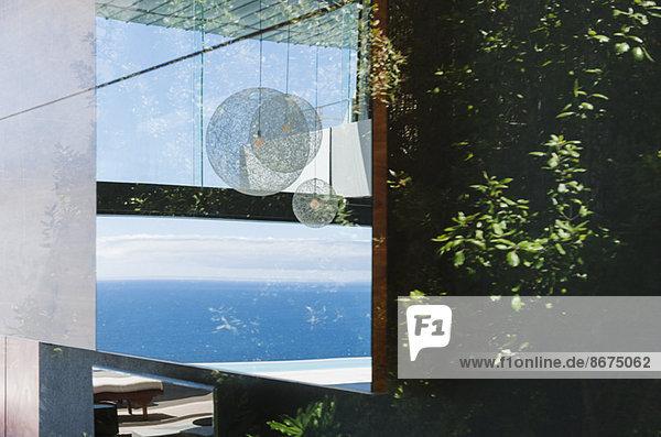 Spiegelung am Fenster mit Blick auf den Ozean