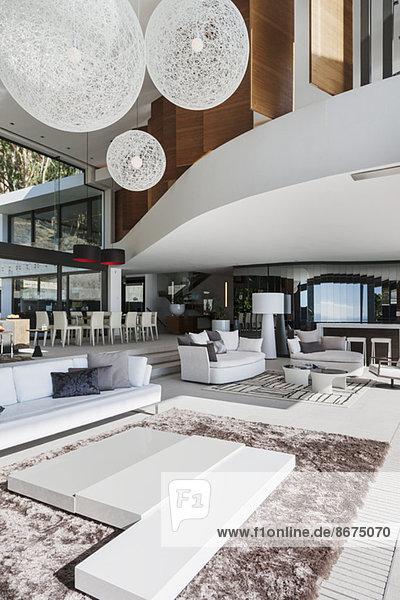 Sofas und Tische im modernen Wohnzimmer
