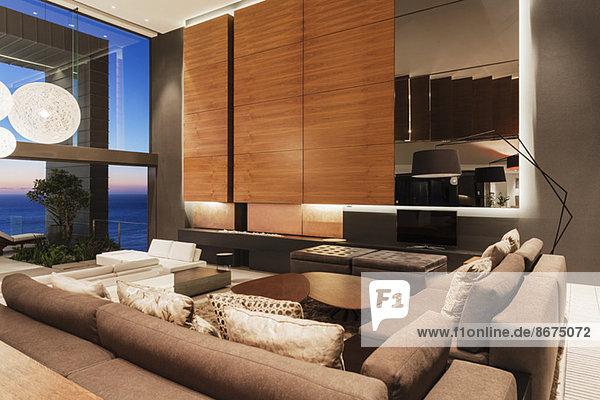 Sofas und Holzverkleidungen im modernen Wohnzimmer