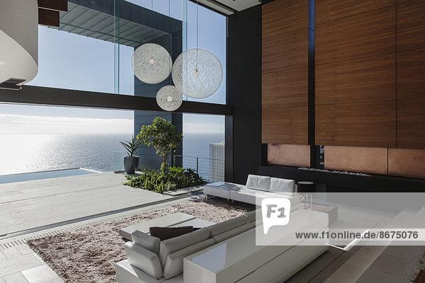 Wohnzimmer im modernen Haus mit Meerblick