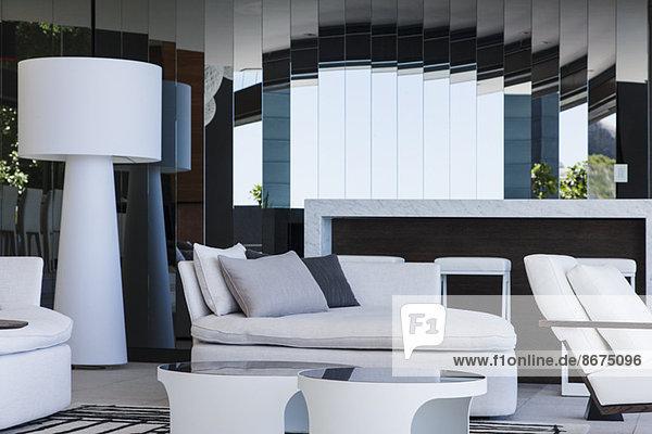 Sofa und Spiegel im modernen Wohnzimmer