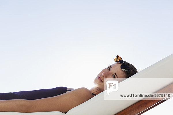 Frau im Freien auf dem Sessel liegend
