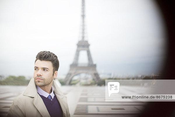 Geschäftsmann beim Eiffelturm  Paris  Frankreich