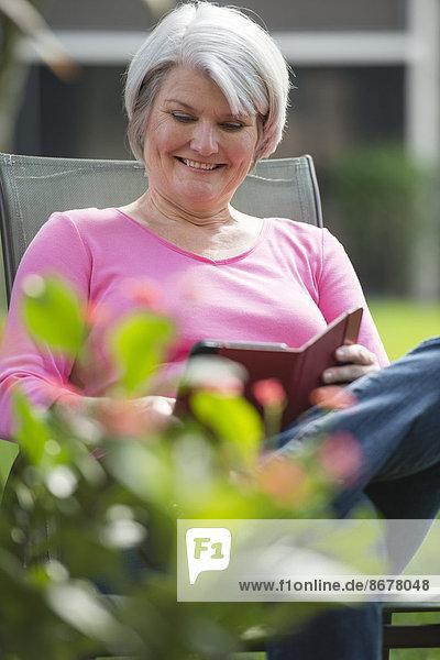 Außenaufnahme Senior Senioren benutzen Europäer Frau Tablet PC freie Natur