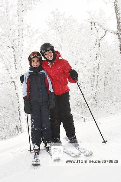 überqueren  Europäer  Skisport  Tochter  Mutter - Mensch  Kreuz  Schnee