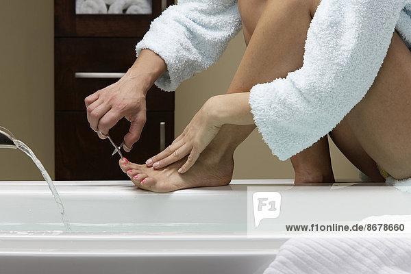 Europäer Frau schneiden Menschliche Zehe Menschliche Zehen Badewanne