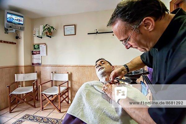Naßrasierer  Rasierer  Mann  jung  Laden  Rasur  Friseur  Andalusien  Spanien
