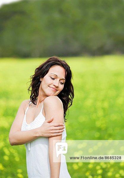 Frau  Emotion  lächeln  braunhaarig  gute Nachricht  gute Nachrichten  hübsch